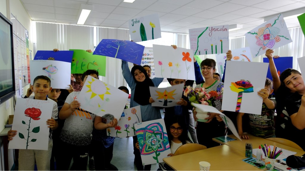 De afgelopen weken volgden honderd kinderen van driebasisscholen workshops bloemen tekenen.   © DPG Media
