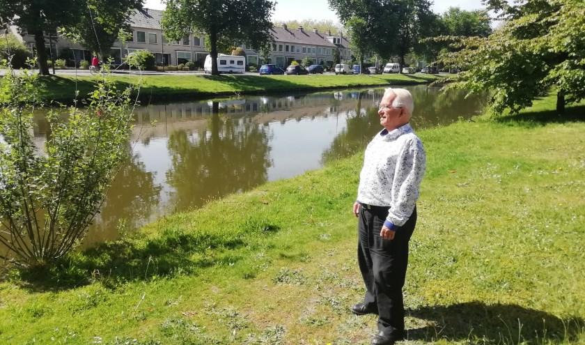 Organisator van het 1e uur Rinus van Veldhuizen kijkt vanuit het groen uit over het parcours van de Heuvelrug Wielerronde van Driebergen. FOTO: Marcel Bos