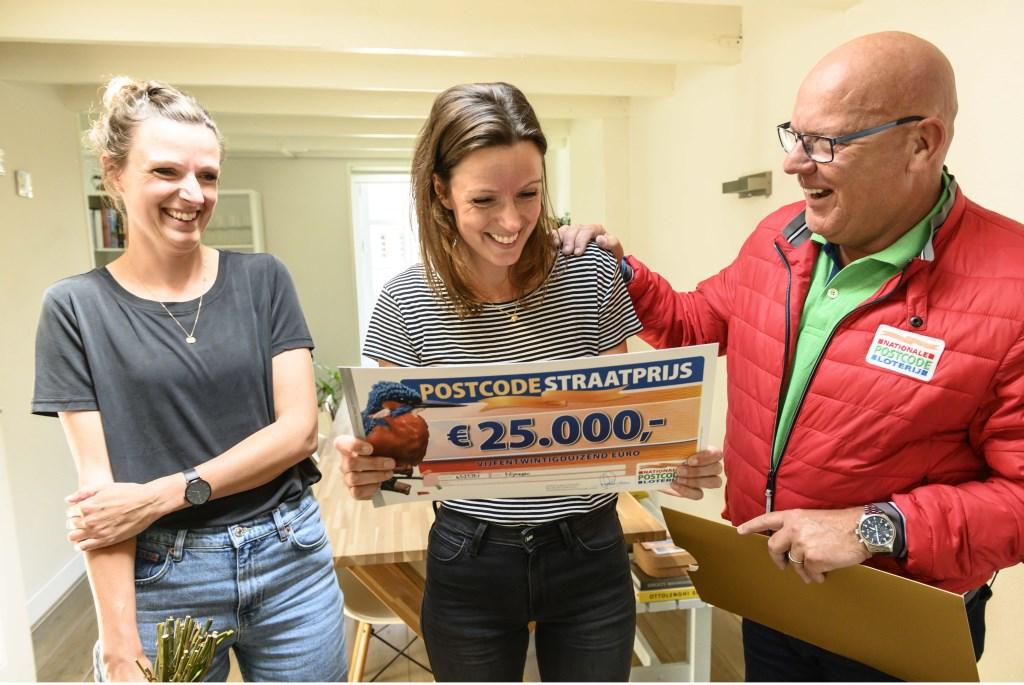 Leenke wint 25.000 euro én een nieuwe vakantiehuis met de PostcodeStraatprijs.  Jurgen Jacob Lodder © DPG Media