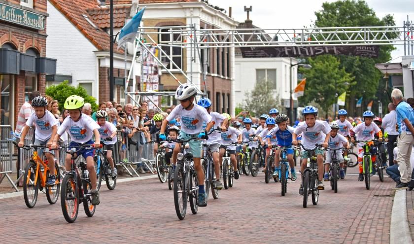 De Dikke Banden Race valt midden in het programma van de Kermis Wielerronde van Raamsdonksveer. (foto: Casper van Aggelen)