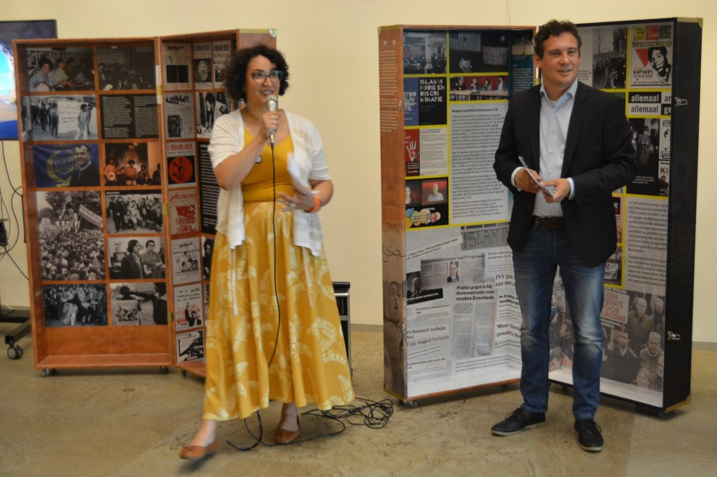 Nadia Aliyat, initiator en presentator, tijdens haar toespraakje met wethouder Martijn Beek.   © DPG Media