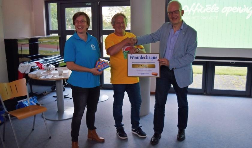 Frans Langeveld, wethouder van gemeente Doetinchem overhandigt namens gemeente Doetinchem een cheque ter waarde van 500 euro aan Ina Veldhuizen en Klaas Schoenmaker van World Servants Doetinchem