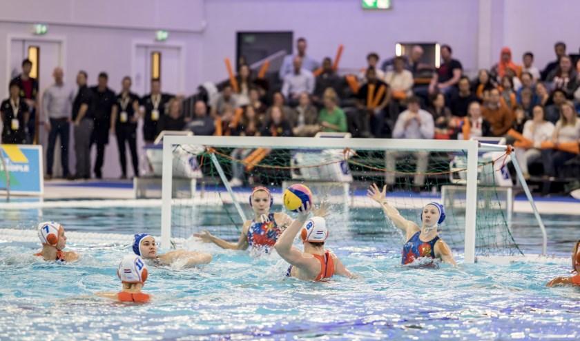 Na een World League-duel ook weer de Dutch Waterpolo Trophy in Zwemcentrum Rotterdam. (Foto: Tijmen Kielen/Sportbedrijf Rotterdam)