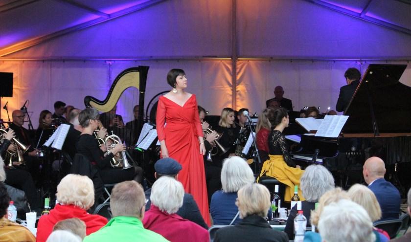sopraan Anneke Luyten voor het orkest en Beth en Flo achter de piano