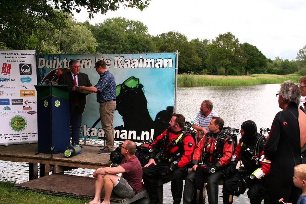 Burgemeester Bruls van Nijmegen verricht de opening. Duikteam De Kaaiman Nijmegen © DPG Media