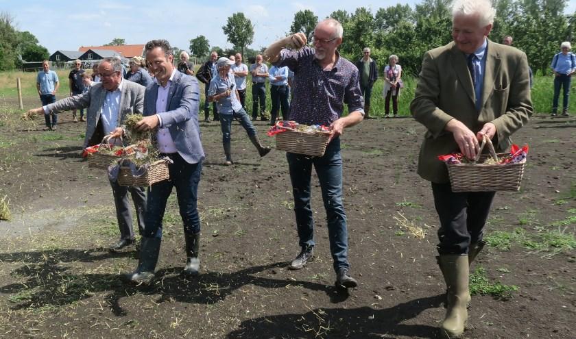 Als eerste aanzet voor plantengroei is maaisel uitgestrooid door onder anderen wethouder Van Stappershoef (2e.v.l.) en Baron Van Verschuer (r.)