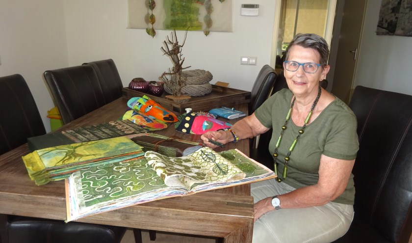 Teuny Bakker-Stout uit Hardinxveld-Giessendam (68) maakt kunst met textiel. (Foto: Eline Lohman)