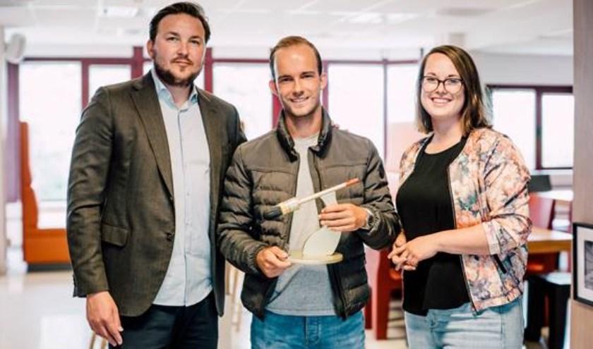 deelnemer Ricardo (in het midden) samen met Anke Rijndorp en Ian Smeyers van Stichting Nelis. Fotograaf: Theo Scholten.