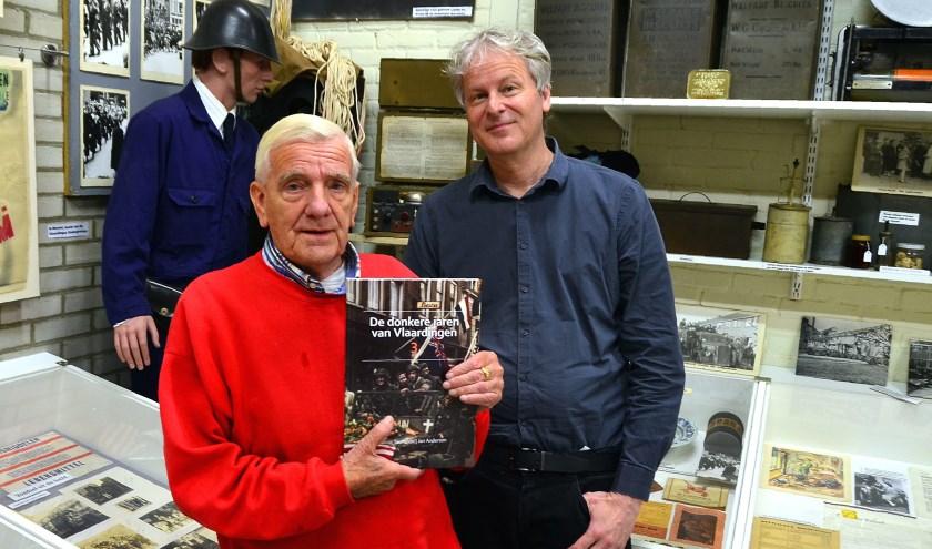 Jan Anderson (links) en Hjalmar Teunissen poseren met hun boek in het Streekmuseum (Foto Frans Assenberg).