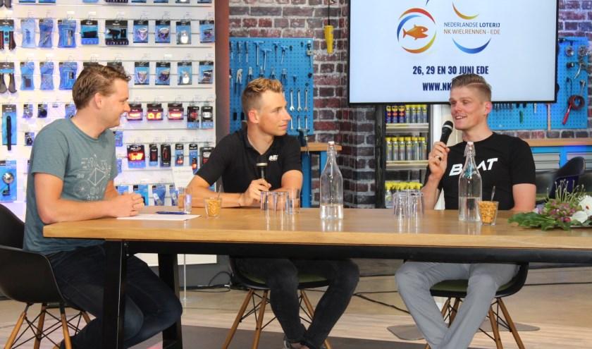 Martijn Budding (midden) en Piotr Havik (rechts) laten weten reikhalzend uit te kijken naar het NK wielrennen in Ede. (Foto: Henk Jansen)
