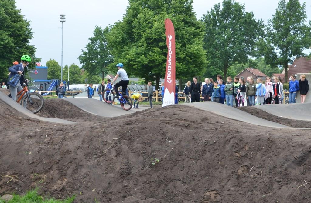 De BMX-en de steps zijn grootverbruikers van het parcours. Kniebeschermers en helmen behoren tot de uitrusting. Zij zullen dan ook verplicht worden gesteld om onnodige kwetsuren te voorkomen.  © DPG Media