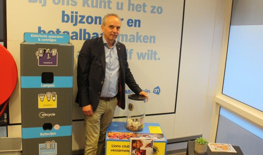 Bart-Jan van Dinter naast de zuil bij Albert Heijn aan de Hoogstraat in Eindhoven. (Foto: Martina Roovers)