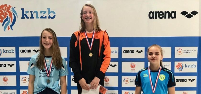 podium 100 meter rugslag  vlnr: Pobyn Hulleman, Noor Vermeer, Lotte Klaver