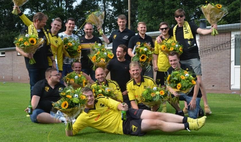 Het achtste elftal van VSCO'61 werd op de Familiedag gehuldigd voor het kampioenschap. (Foto: Dik Leusink)
