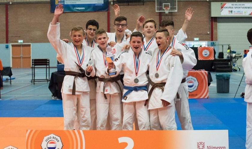 De blijdschap is groot bij het jongensteam -15 van SJO. Dit team won zaterdag zilver op het NK Jeugdteams in Nijmegen, de meiden -15 haalden brons.
