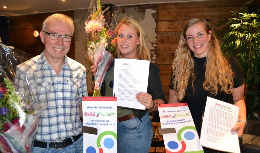 V.l.n.r. Bert Nijenhuis (SV Margriet), Zoë Berntsen en Hanneke Bach (Liemerije) mochten het eerste certificaat voor de 'Match van het Jaar' bij Partycentrum Plok in ontvangst nemen.