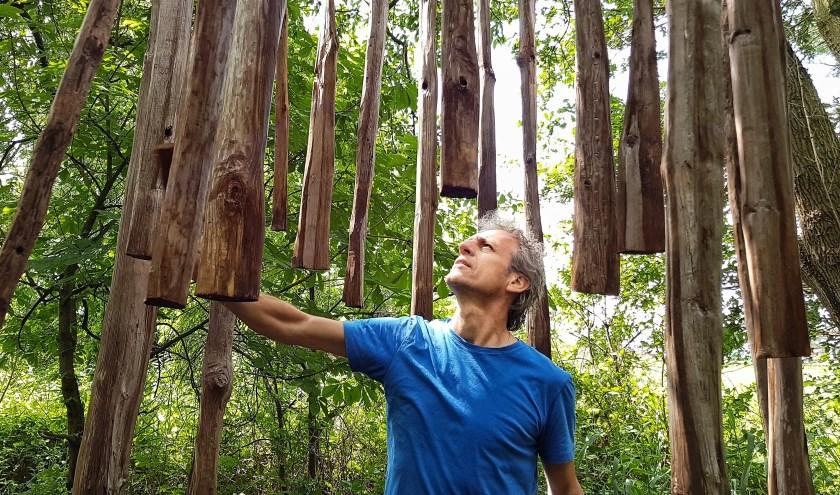 Kunstenaar Roeland van de Wall Repelaer bij een van de kunstwerken van Sculptuurland, dit jaar met als thema 'Lucht' (foto: José van der Burg)