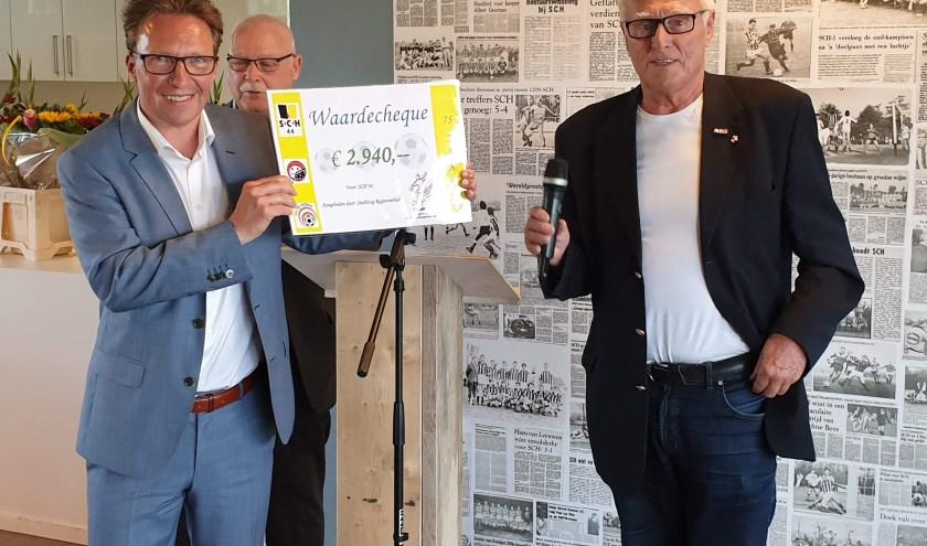 Kees van Rijnsoever overhandigt namens het Regioteam de cheque aan SCH'44 voorzitter Gert Jan Dijkstra
