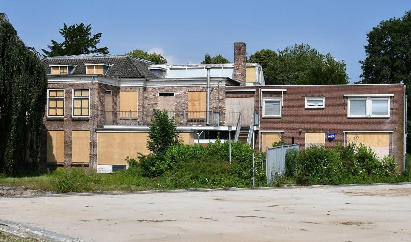 De vandalen hebben hun best gedaan. Er zit niet veel glas meer in. Om het huis in oude staat terug te brengen zou onder meer het nieuwe gedeelte (rechts) gesloopt moeten worden. (foto: Ab Hendriks)