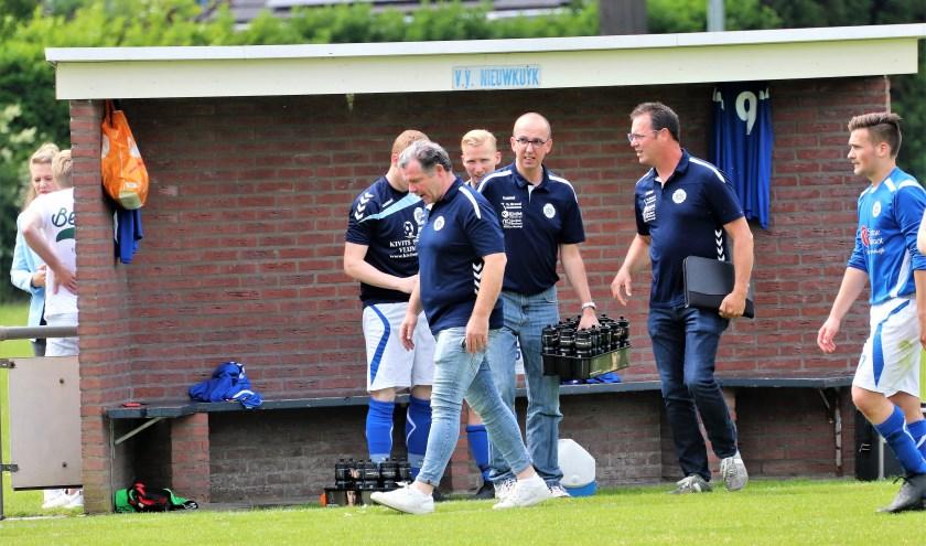 Na het laatste fluitsignaal verlaat trainer Patrick Berkelmans voor de laatste keer de dug-out van 'Kuijk'. Foto: Wout Pluijmert