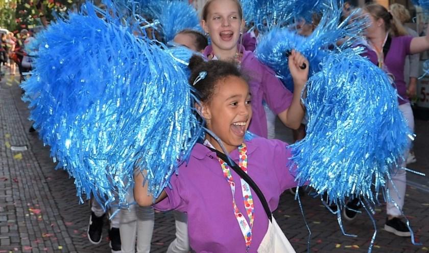 Ook de meiden van dansschool Elan (foto) maakten er een mooie kleurrijke show van.Foto; Mimi van Rossem