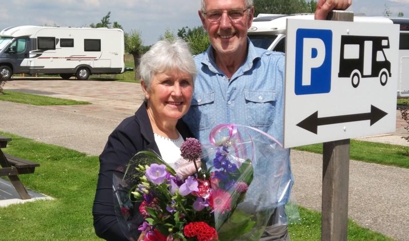 De heer en mevrouw Rijneveld van campererf De Willige Waard zijn maar wat blij met hun landelijke tweede plaats en eerste plaats in de provincie Utrecht. (|Foto: gemeente Lopik)
