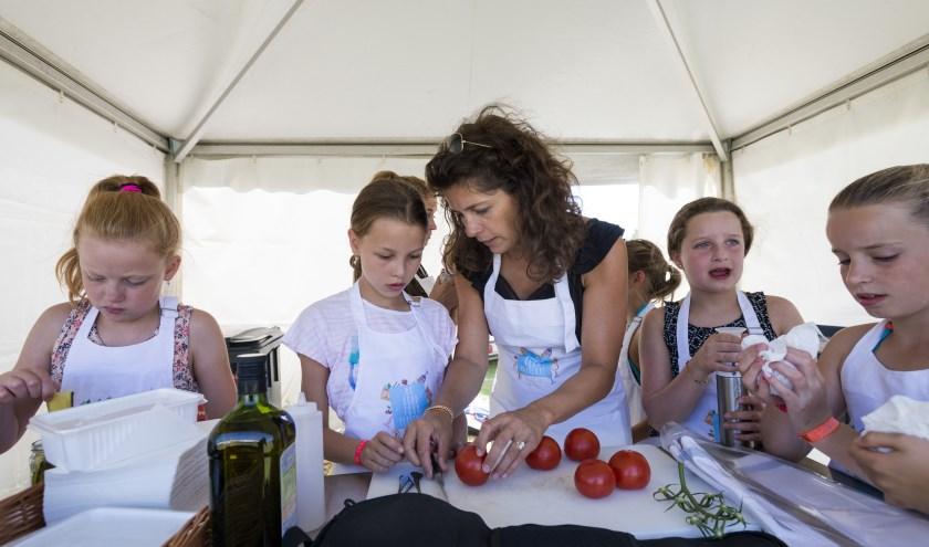 Kinderen verkopen tijdens het Do Go Food Festival allerlei zelfgemaakte hapjes voor het goede doel. Foto: Jeroen Pulles/Pulles & Pulles