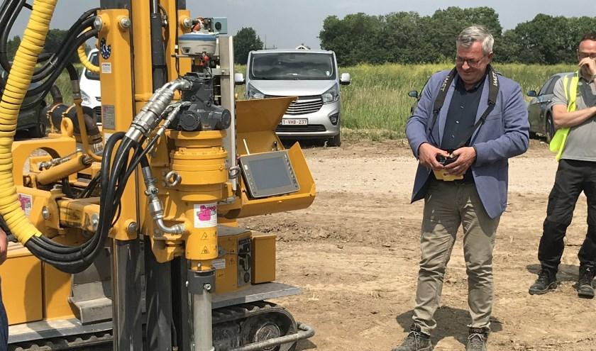 Wethouder Piet de Klein draait de eerste paal de grond in. (foto: eigen foto)