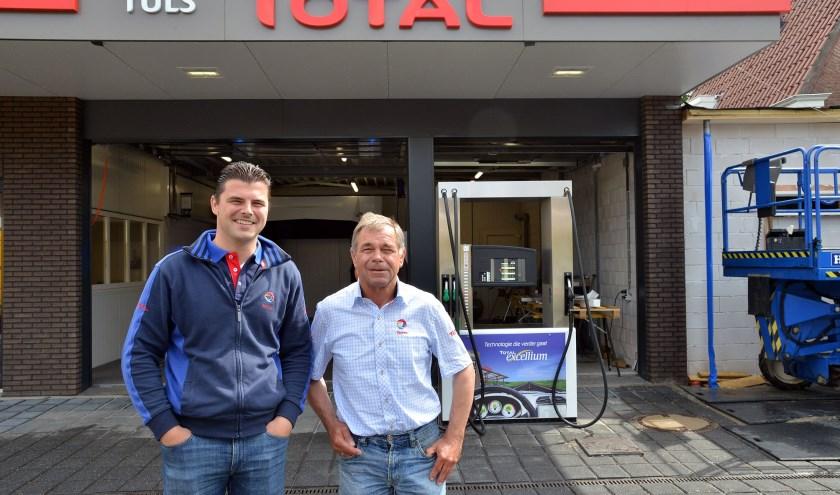 Herman junior en Herman senior voor hun geheel vernieuwde tankstation mét wasstraat aan de Wilhelminastraat. (Foto: Paul van den Dungen)