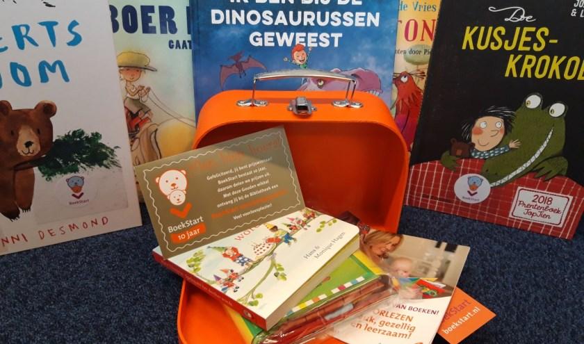 Ouders die het gratis BoekStart-koffertje komen ophalen voor hun baby maken kans op een extra verrassing.