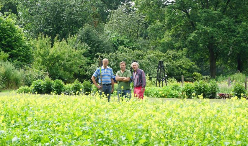Chris van Tongeren (midden) met vrijwilligers in de prachtige moestuin van Kasteel Sterkenburg. FOTO: Ellis Plokker