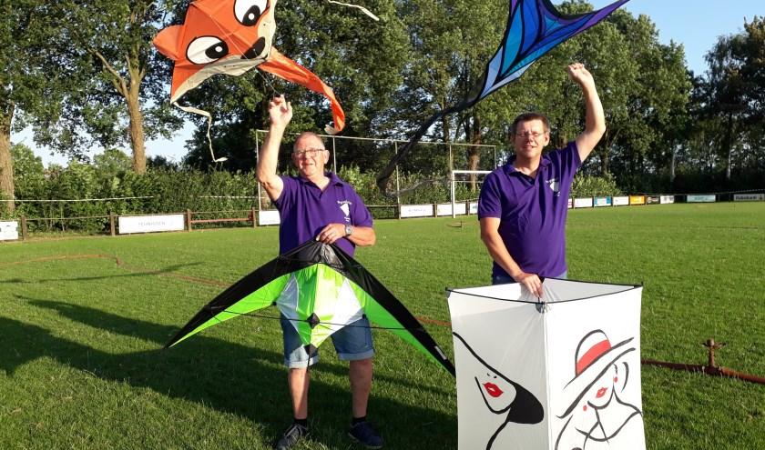 """Piet Pasman (l) en Dick Toonen: """"We nodigen bezoekers van harte uit hun eigen vliegers mee te nemen."""" (foto: Ceciel Bremer)"""