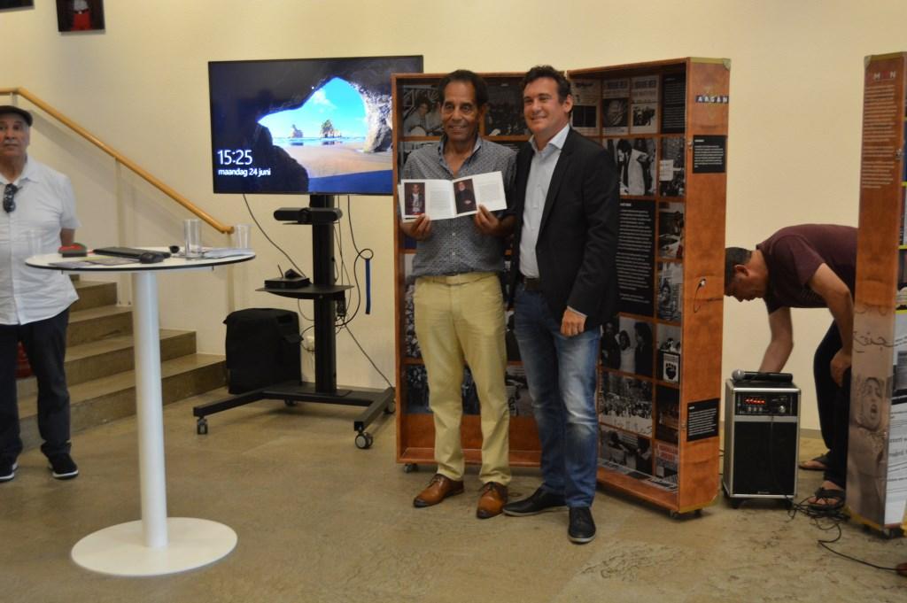 Driss Nassih krijgt 1e. exemplaar boekje Migratie Veenendaal.  © DPG Media