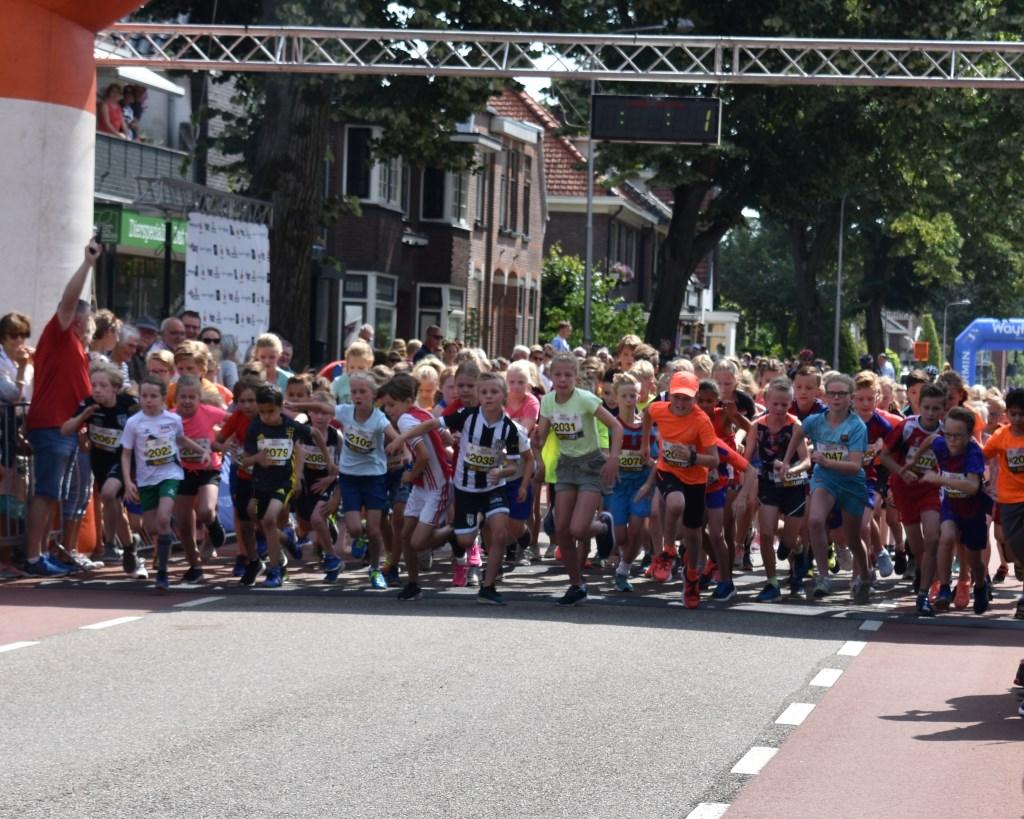 Start van de 800 meter voor 9- en 10-jarigen.   © DPG Media