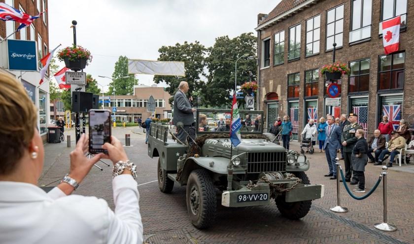 Historicus Emile Smit spreekt de aanwezigen toe op de Hoogeindsestraat. (Foto: Jan Bouwhuis)