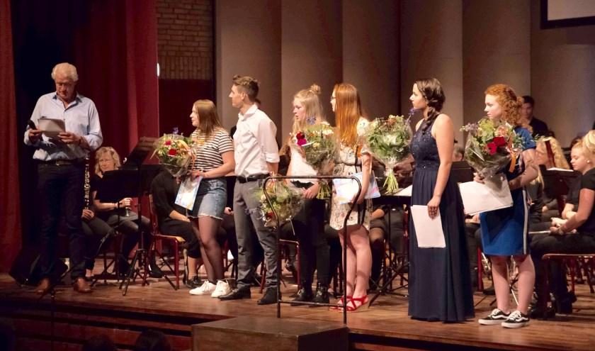 De examenkandidaten worden na hun optreden toegesproken door docent Bert Roerdinkholder.