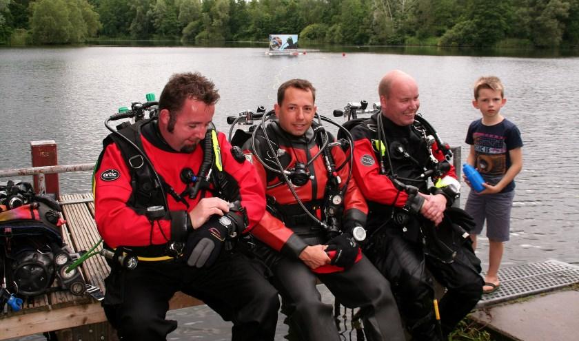 Het eerste team maakt zich op voor een duik naar de escaperoom onder water.
