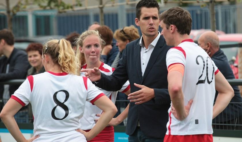 Rutger Sijstermans instrueert zijn spelers van Albatros.