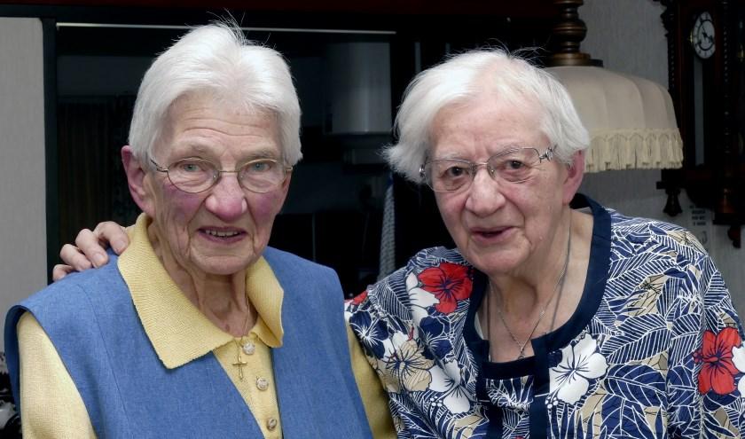 Leny Bonte - Heijke en Anny ten Bulte (links) zijn al ruim negentig jaar vriendinnen. (foto Auke Pluim)