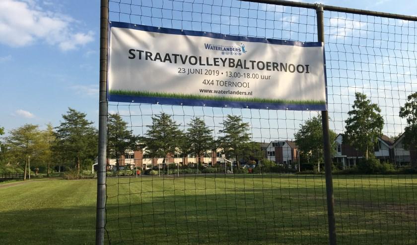 Meld een team van vier personen gratis aan via straatvolleybal@waterlanders.nl.