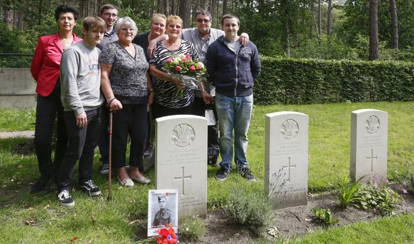 Betty (links) en haar zus Joan staan mde familie aan het graf van hun vader. Achter links Edith Burghard. Foto: Jurgen van Hoof.