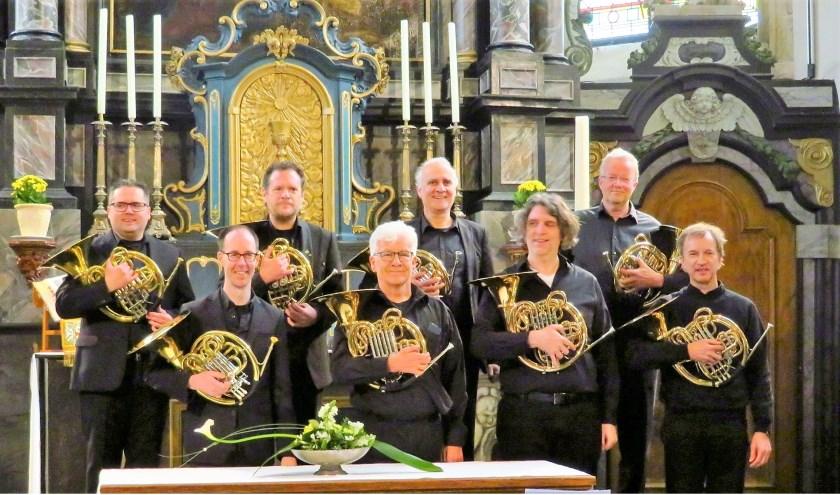 Acht hoornisten van de het Philips Symfonie Orkest, vormen samen Ensemble 103.