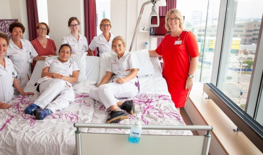 Sita Splinter (rechts) en haar palliatief team presenteren het koppelbed. Foto: Geeske Stoker.