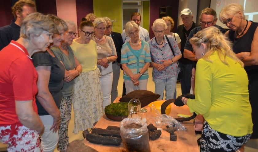 De kunstenares gaf uitleg over haar werk. De aanwezigen luisterden aandachtig. (Foto's: Pieter Vane)