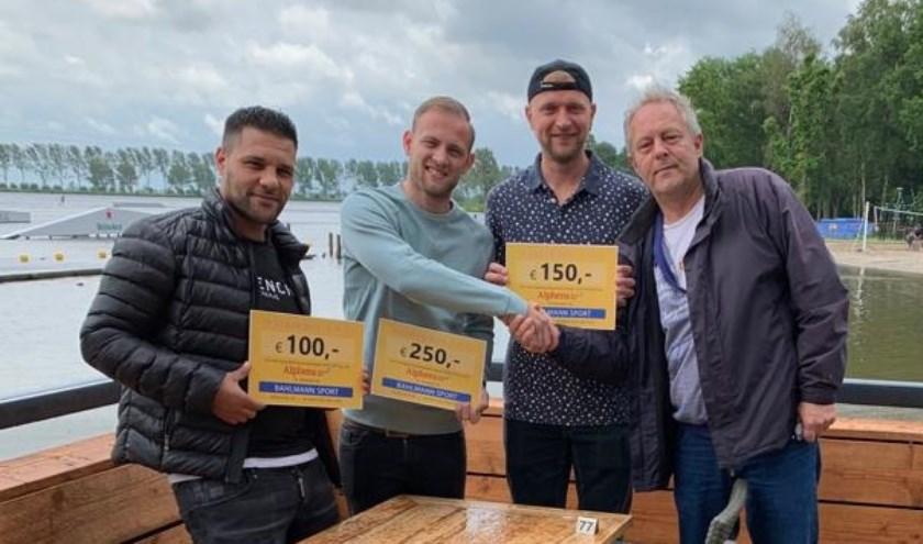 Marc van Maasdam reikt de prijzen uit aan de topscorers van dit jaar. V.l.n.r.: Aziz el Bouazatti, Vincent Hoogervorst, Daniël van Leeuwen en Marc van Maasdam.