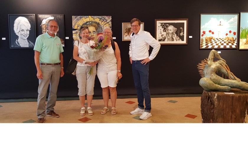 """Nelleke Hoogstraten en Carla van der Woude zijn de 2000ste en 2001ste bezoekers van de expositie """"Mathilde – van muze tot mythe in Ruurlo"""" in Galerie De Smidse."""