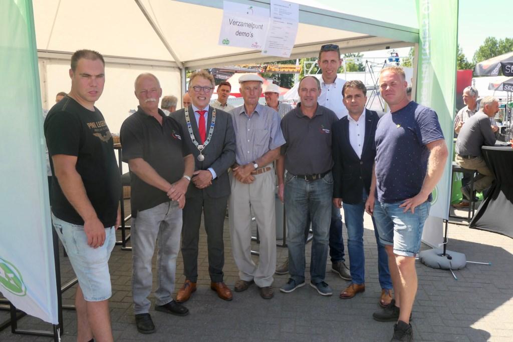 Burgemeester te midden van familie Verstegen (vlnr) Mark, Floor, opa Jan Piet, Alfred, René (Delphy), Gerard (NFO) en Sander    © DPG Media
