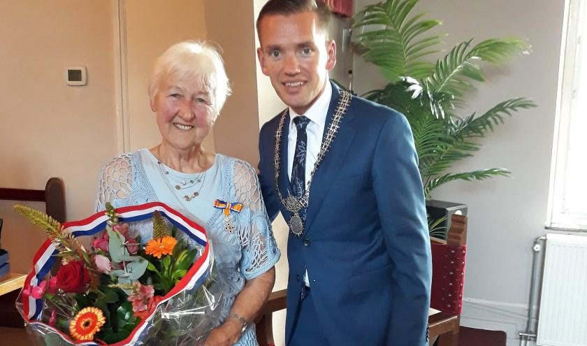 Alie van der Veer-Geugies werd verrrast door wethouder Jurgen van Houdt.