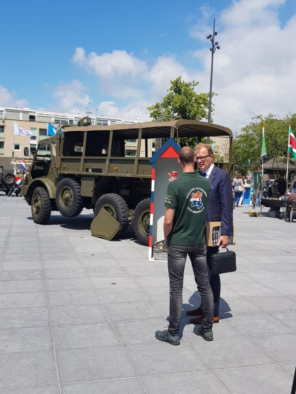 Burgemeester Mark Boumans laat zich informeren door bestuurslid Sander Boer Foto: SVON © DPG Media