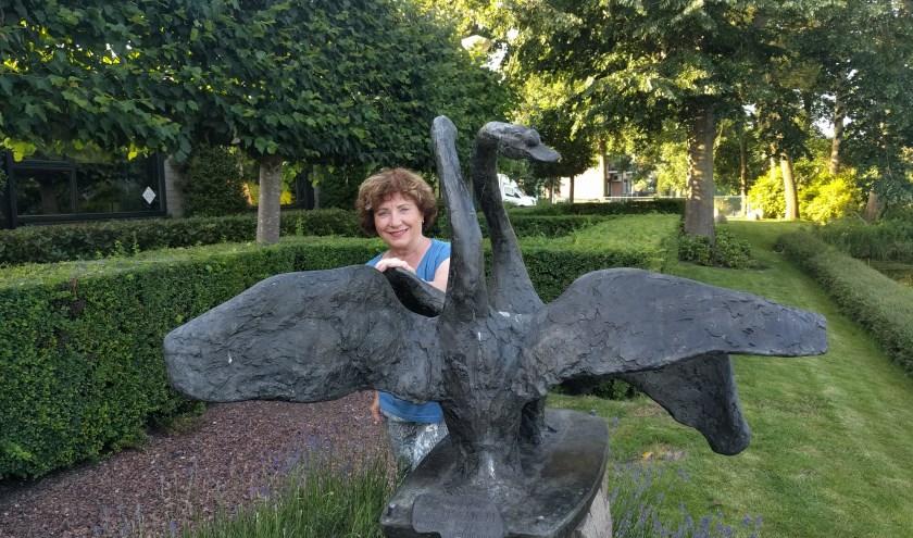Marita Damen staat bij het beeld van deze maand dat te vinden is op de Middenweg te Zegveld.